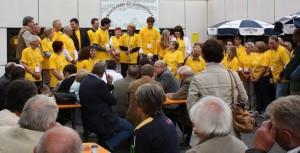 Eröffnung des Mehrgenerationenhauses vor zehn Jahren. Alle, die sich für das Projekt engagiert hatten, präsentierten sich in gelben T-Shirts auf der Bühne. Foto: MdG